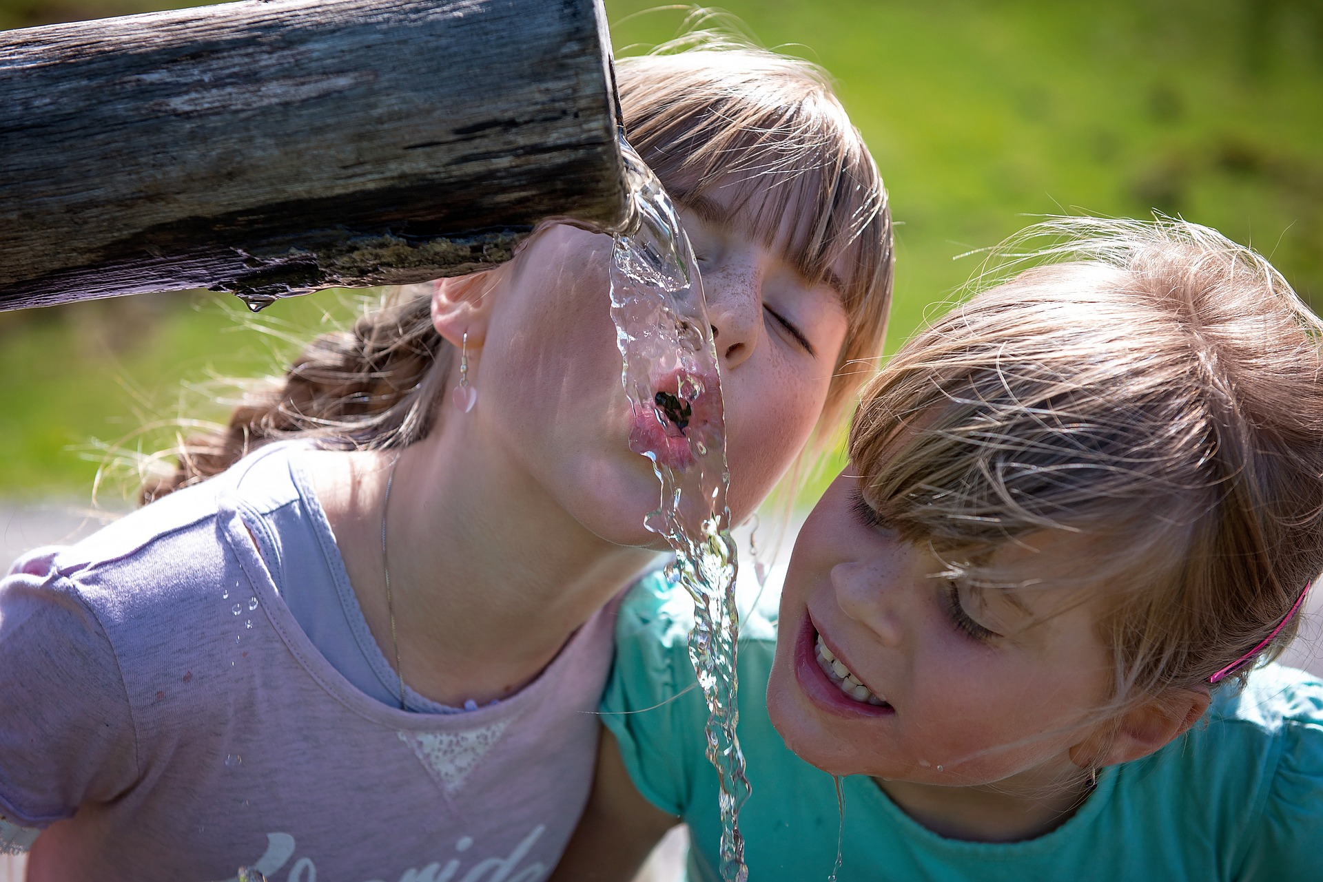 niños tomando agua de jardin