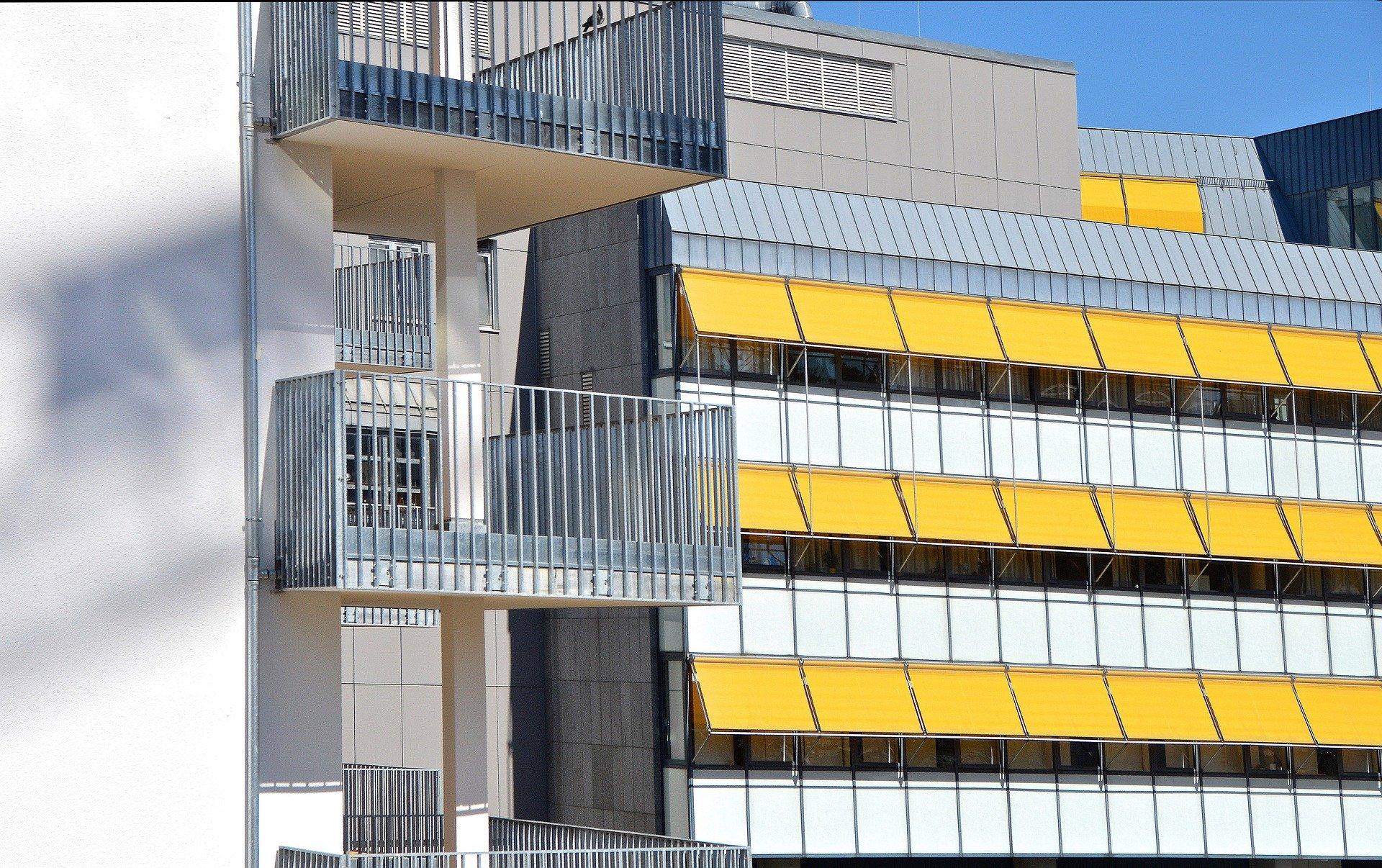 edificio con toldos
