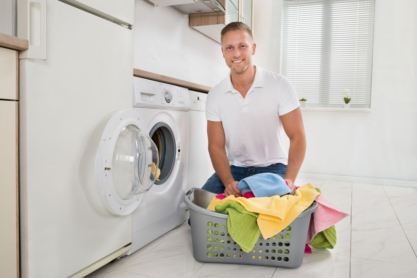 hombre lavando