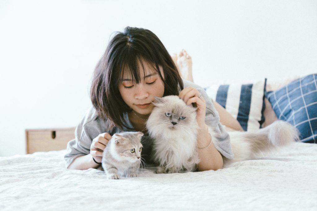 chica con dos gatos