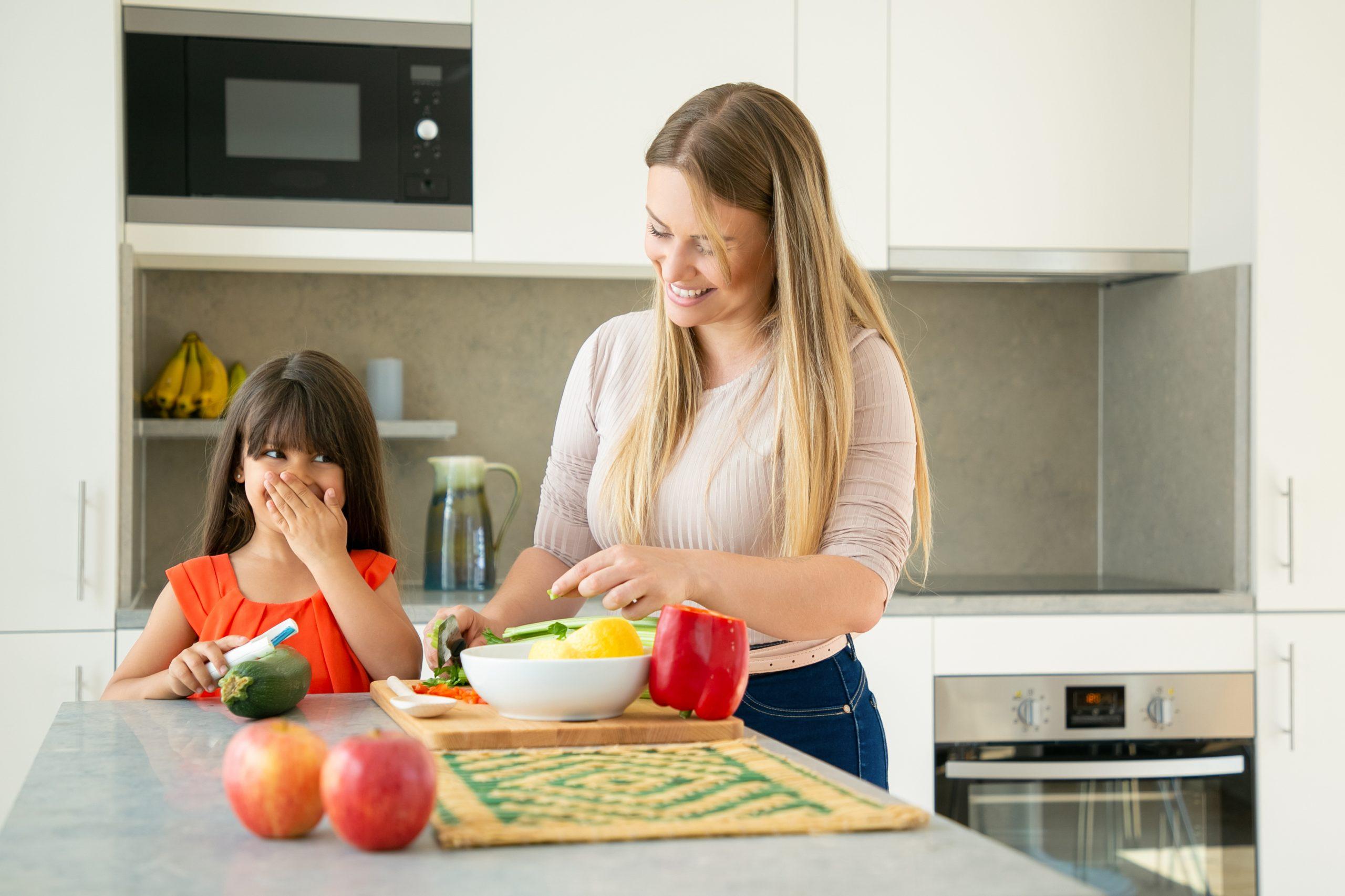 madre cocinando con hija