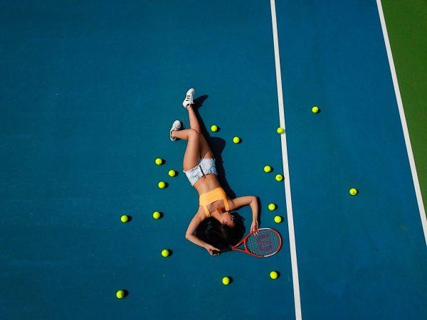 chica con pelotas de tenis
