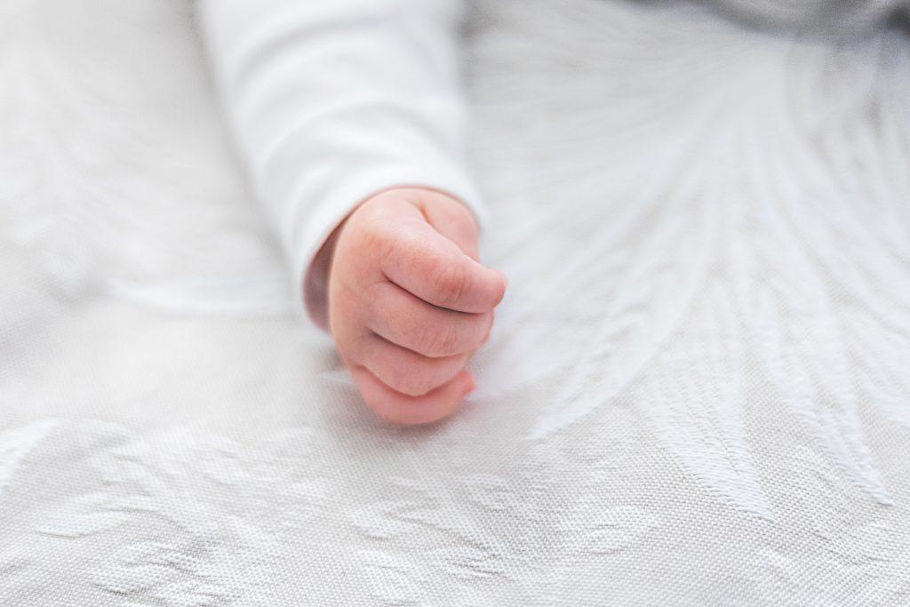 bebe en cobija
