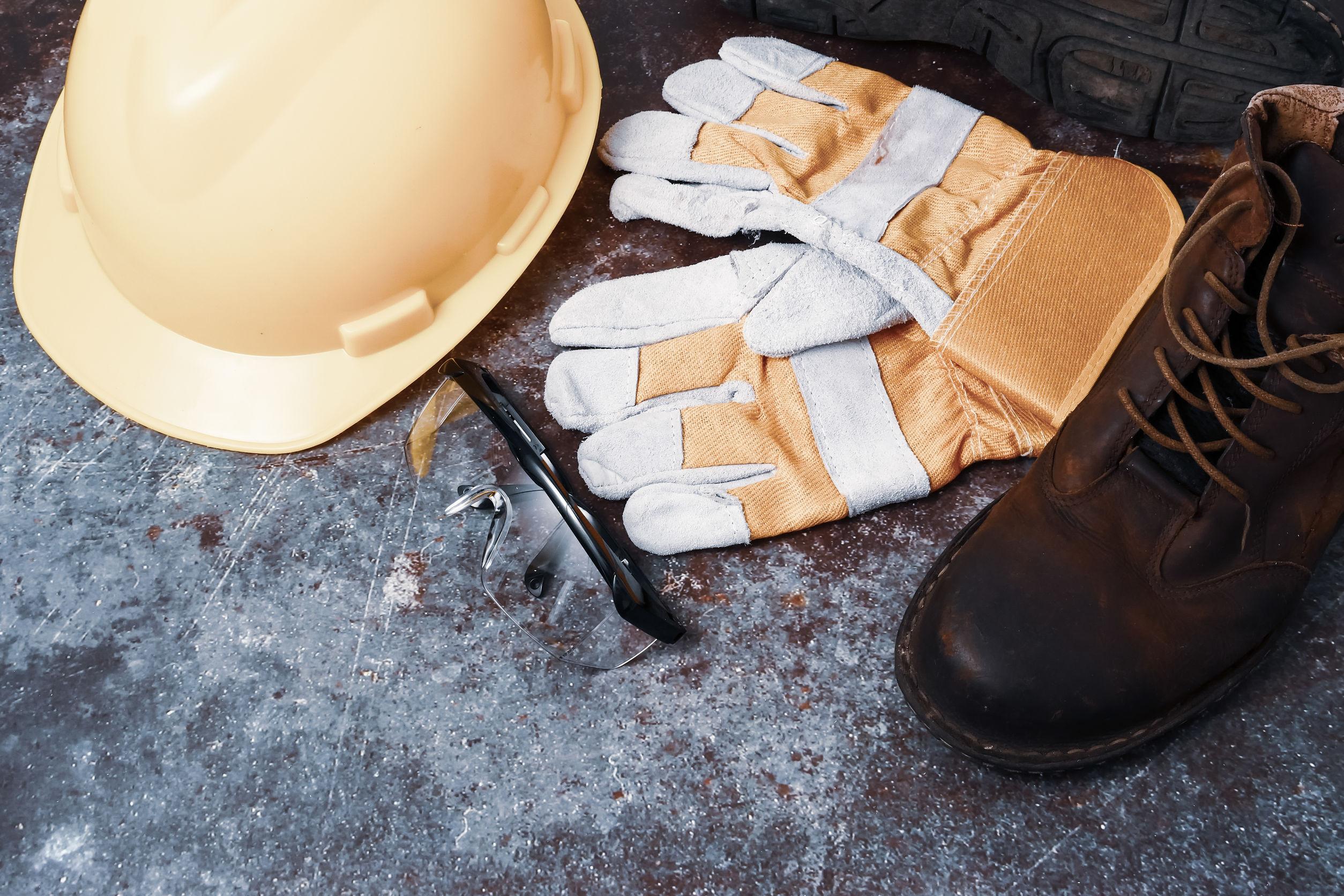 botas y guantes de const