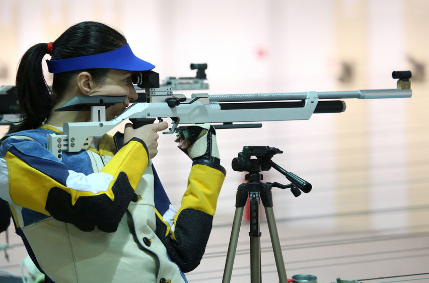 chica con rifle de competición
