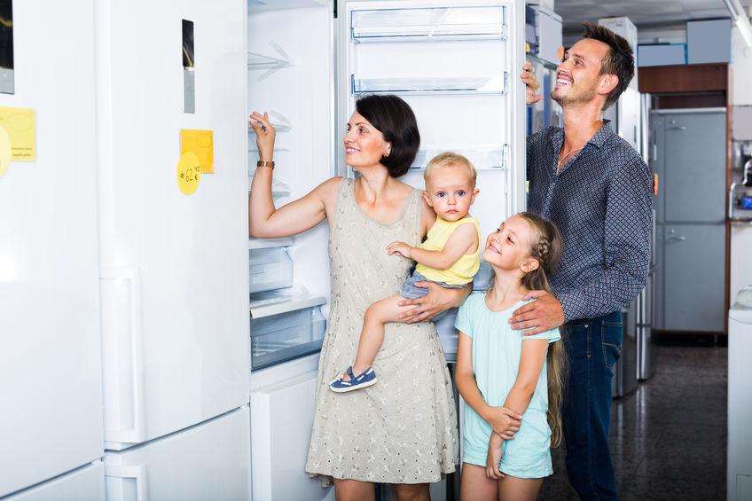 familia eligiendo frigorífico