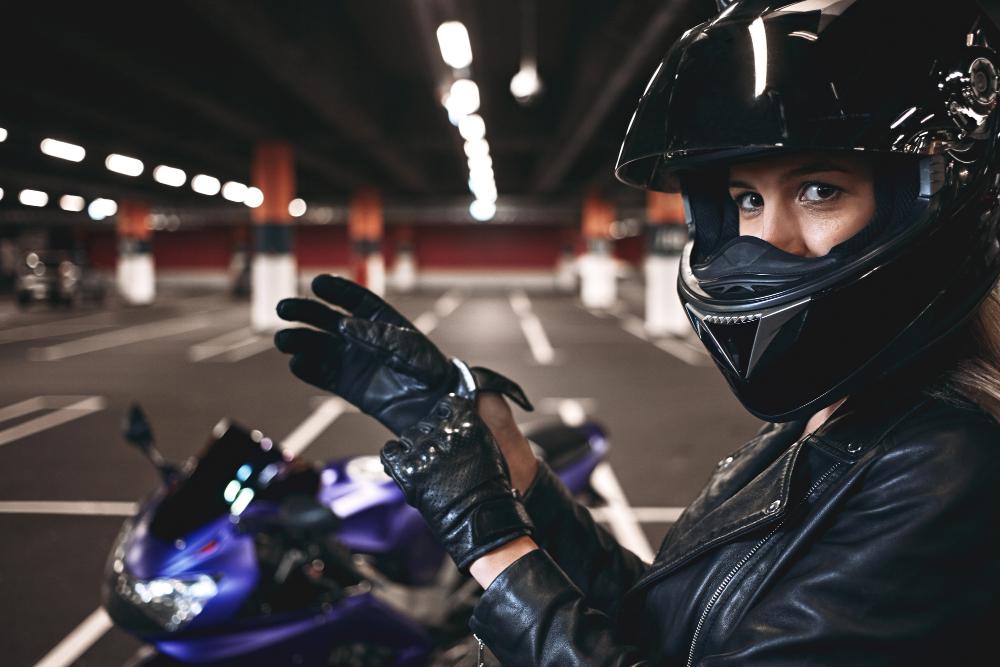chica con guantes