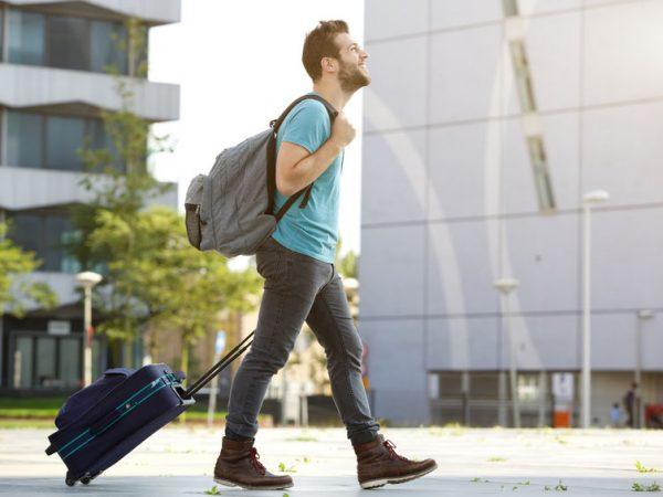 chico con maletas