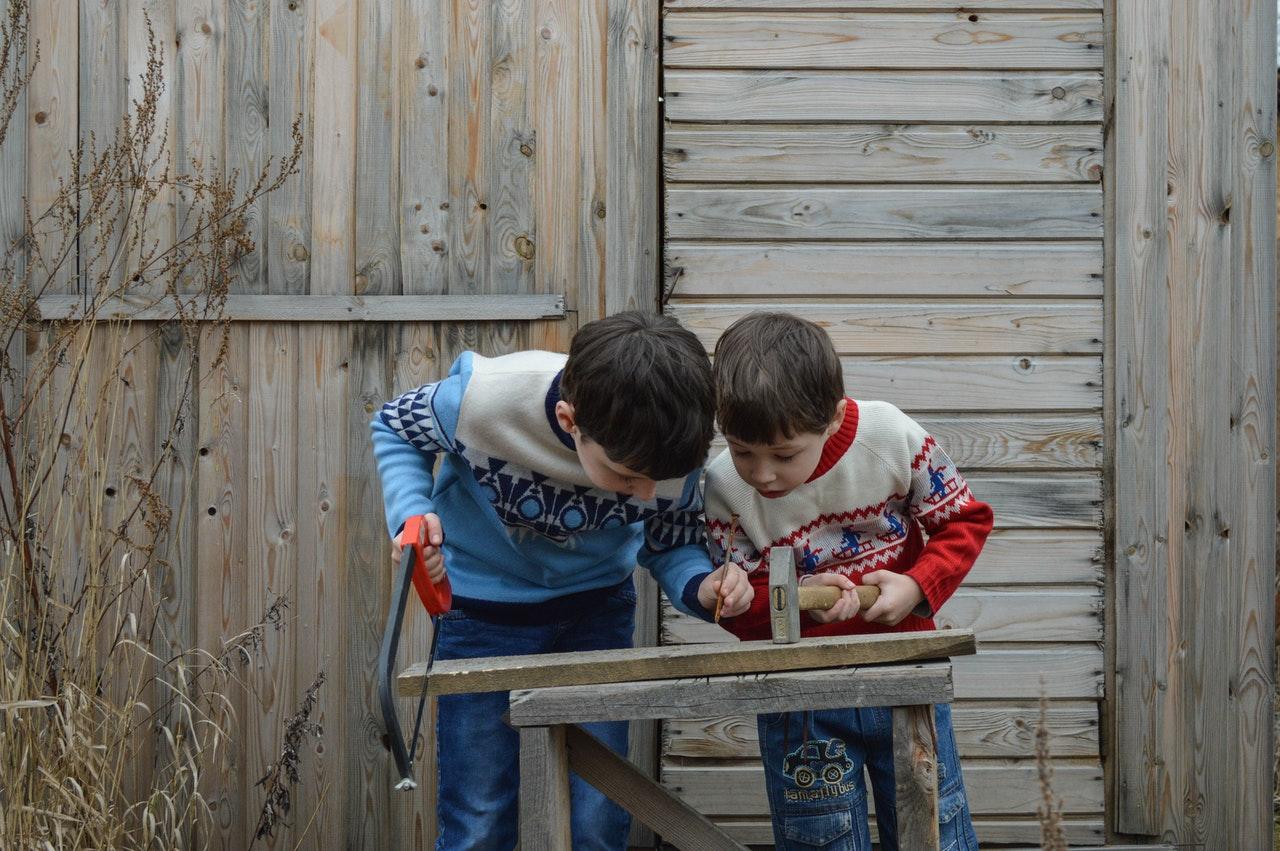 niños con madera
