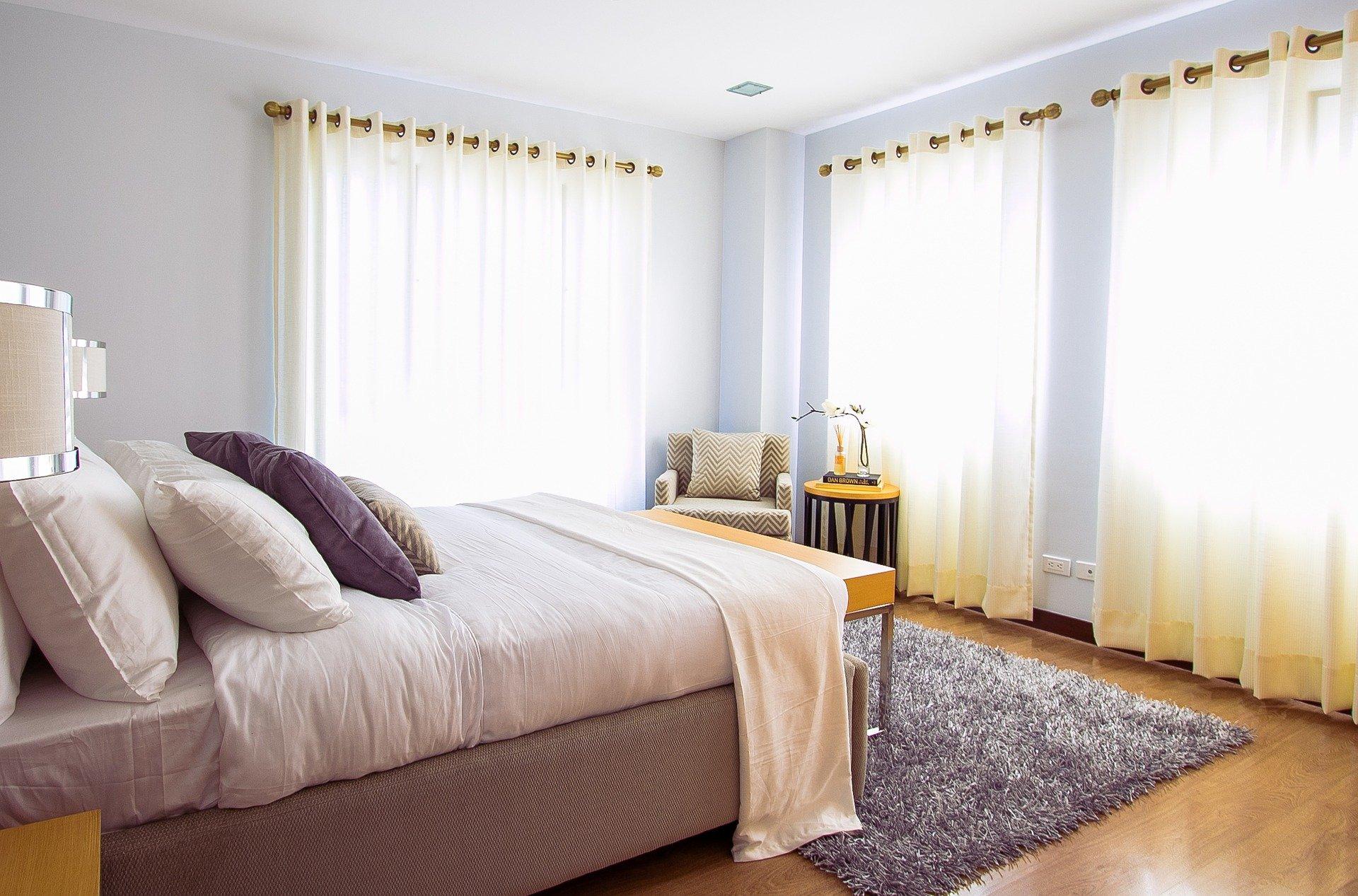 Dormitorio moderno con alfombra