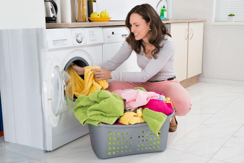 chica lavando