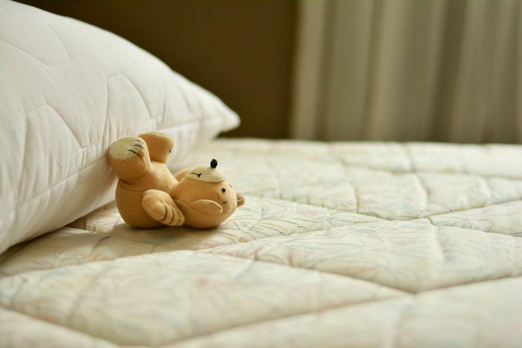 cama y peluche