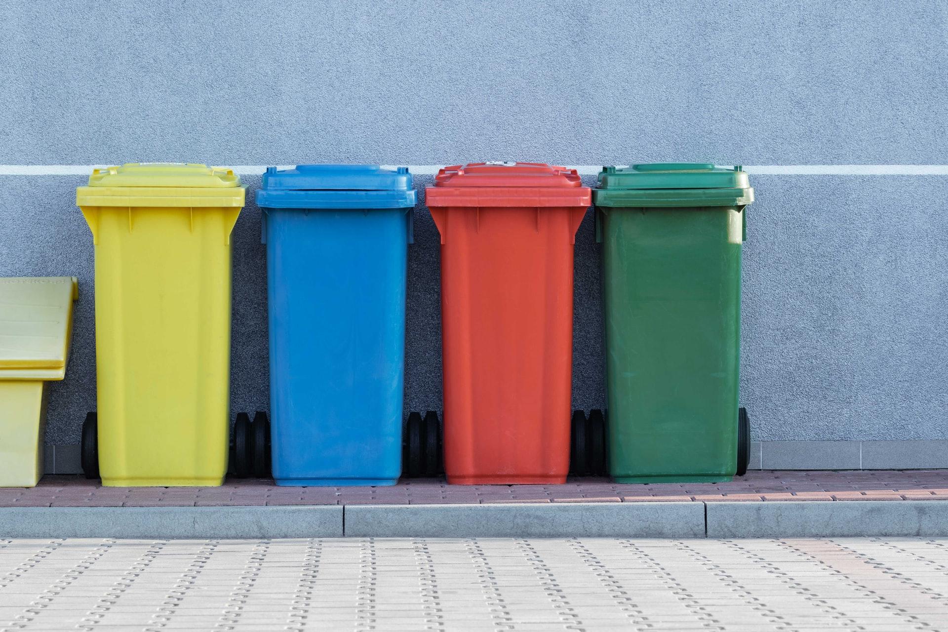 cubos de baLos cubos de reciclaje de plástico son menos resistentes, pero con mayor capacidad. Los de acero inoxidable, por el contrario, son más durables. (Fuente: Czervinski: RkIsyD/ unsplash.com)sura
