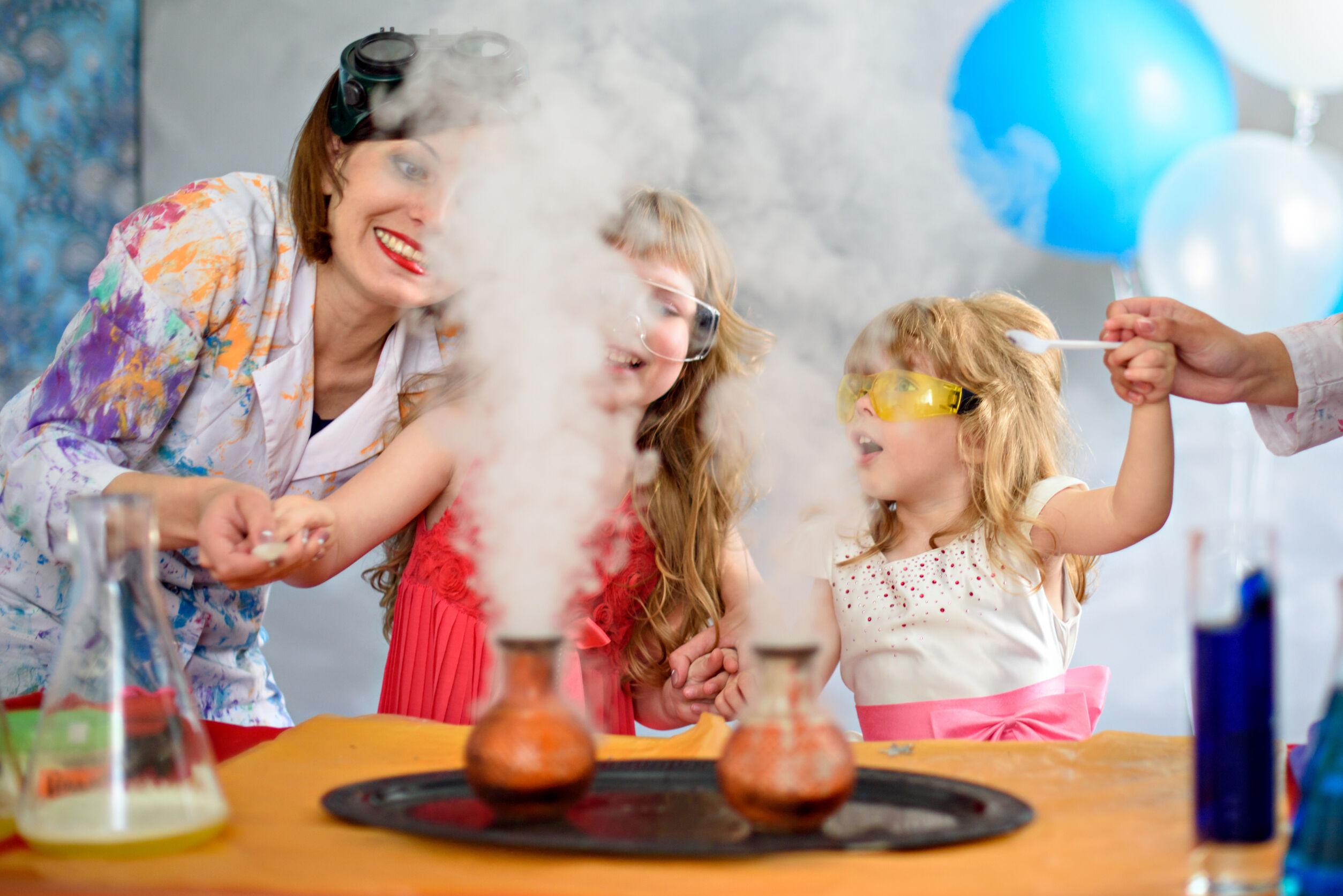 niñas haciendo experimento con hielo seco