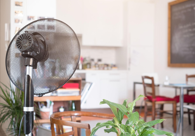 Enfriamiento ventilador sala de casa refrescante para el calor del verano