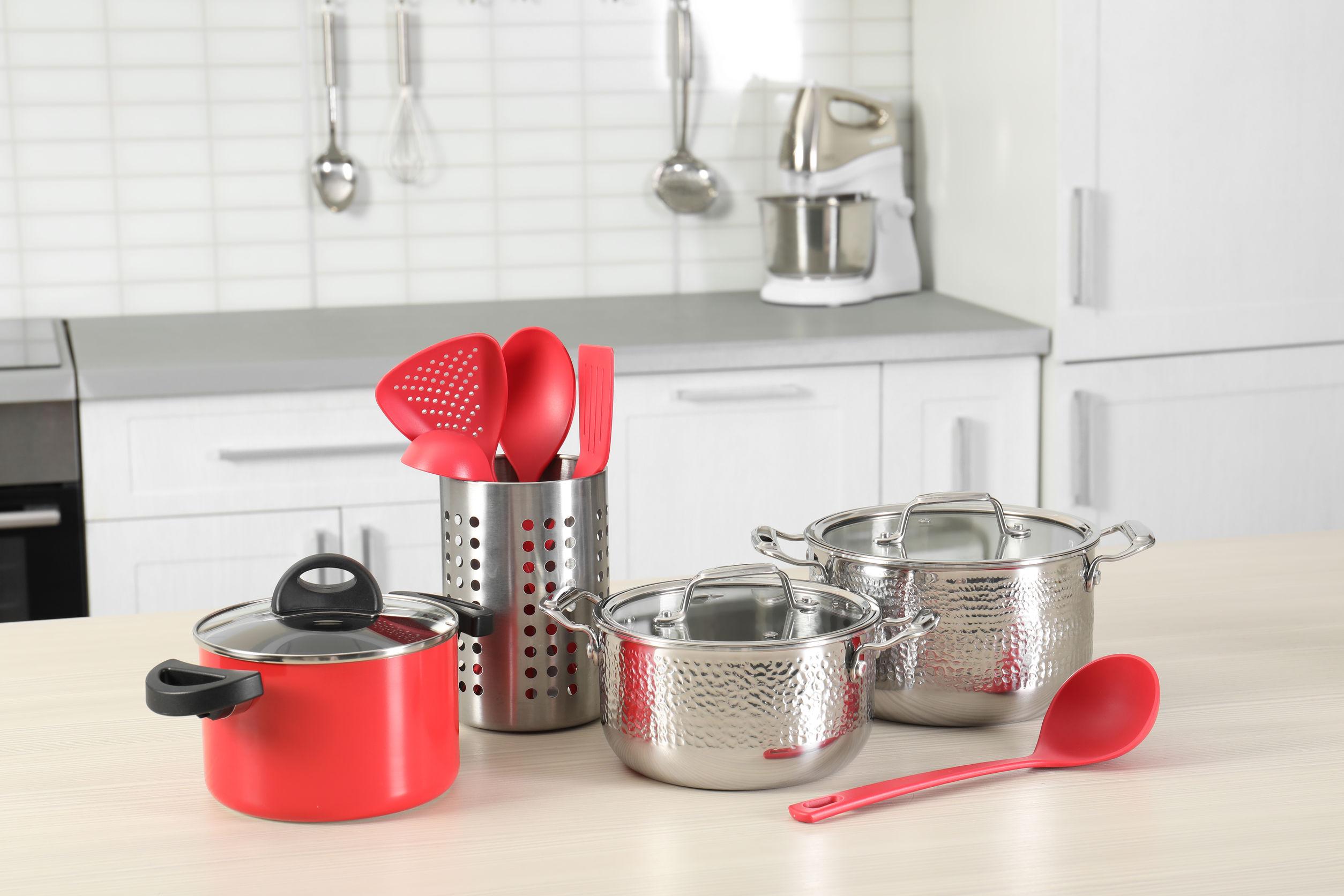 Conjunto de utensilios de cocina limpios y utensilios de mesa en la cocina