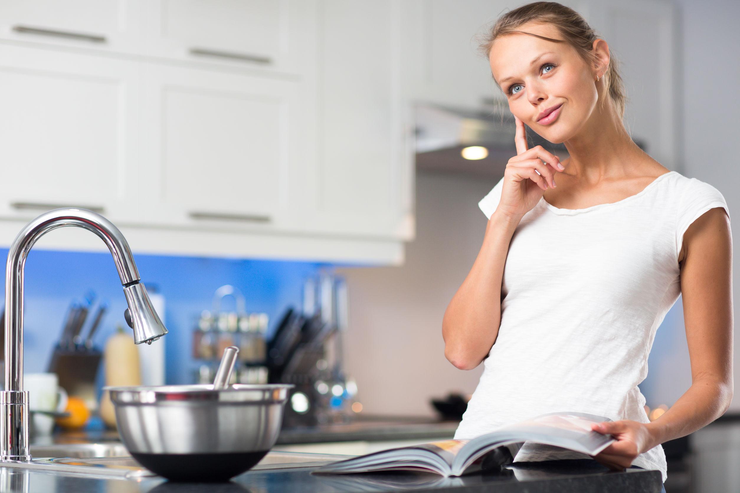 Mujer en cocina con olla