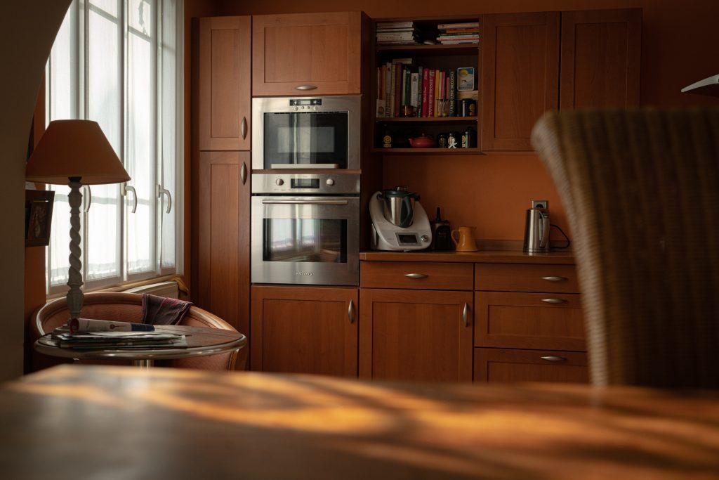 Microondas en cocina moderna
