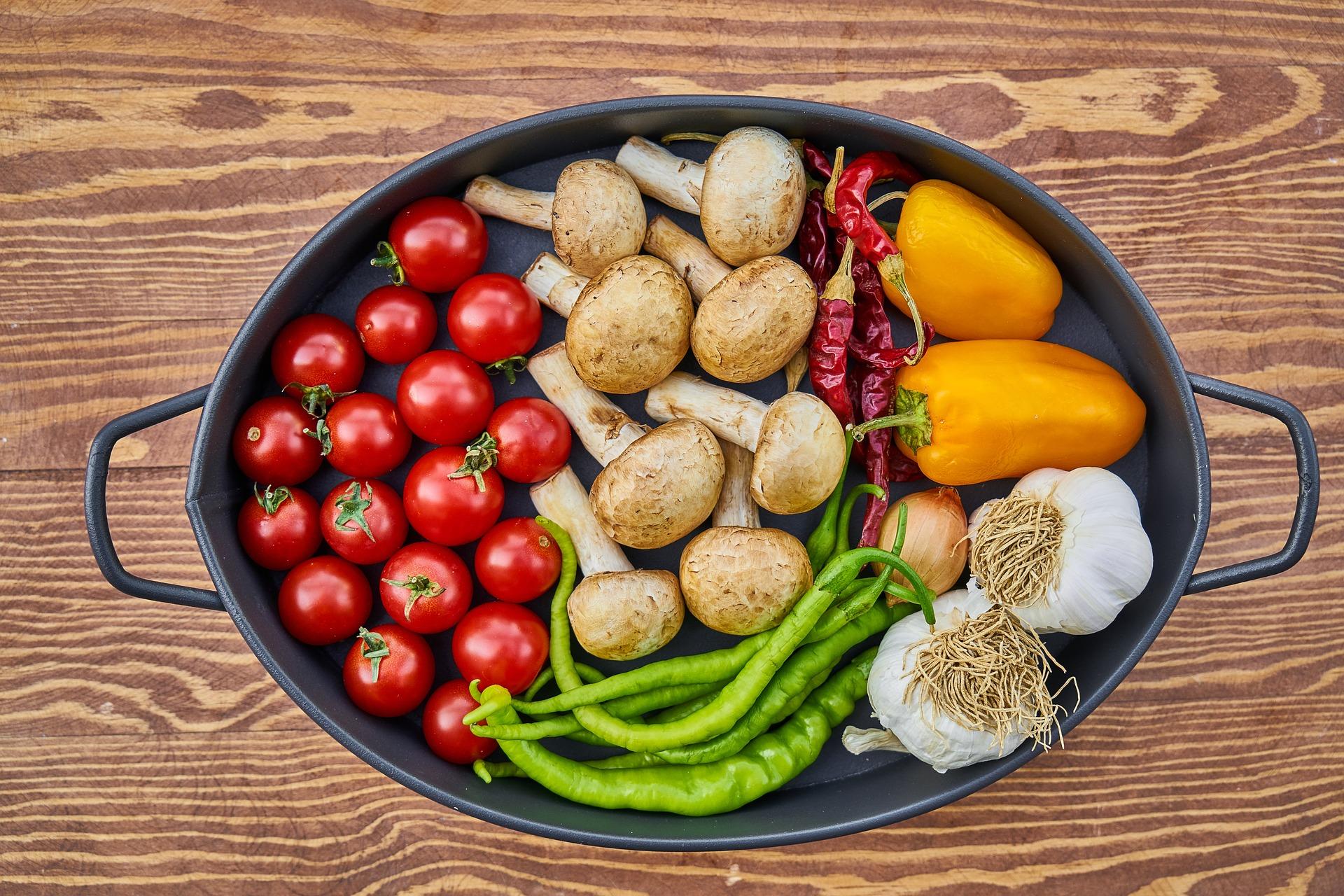 cazuela, tomates, hongos, chilles