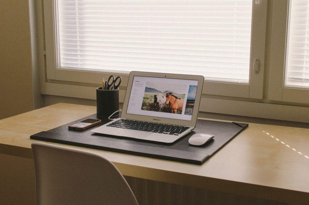 mesa y laptop