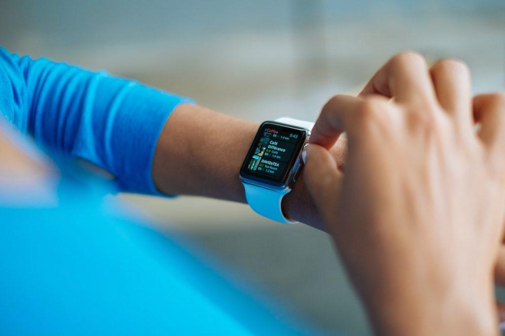 Mujer fitness rev isando su reloj deportivo