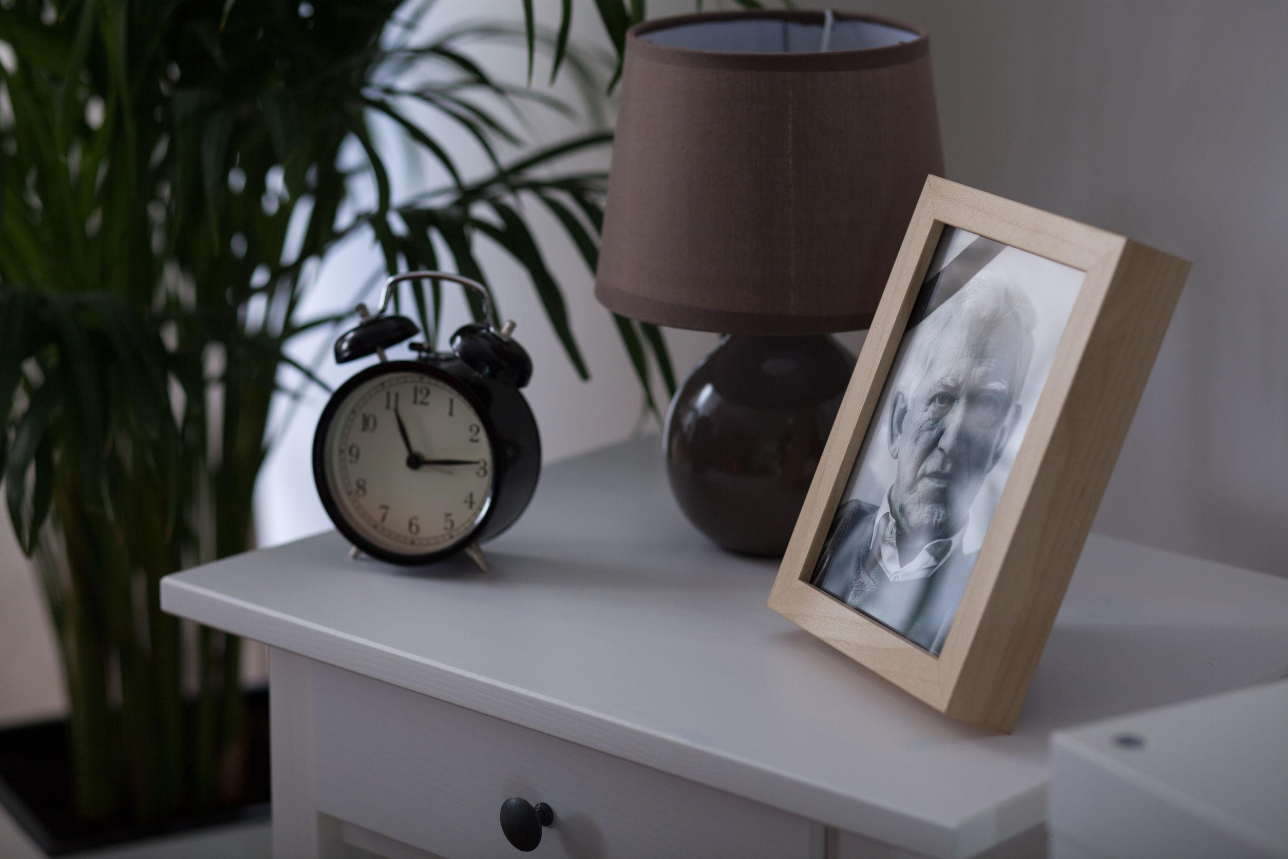 Marco de foto sobre mueble blanco