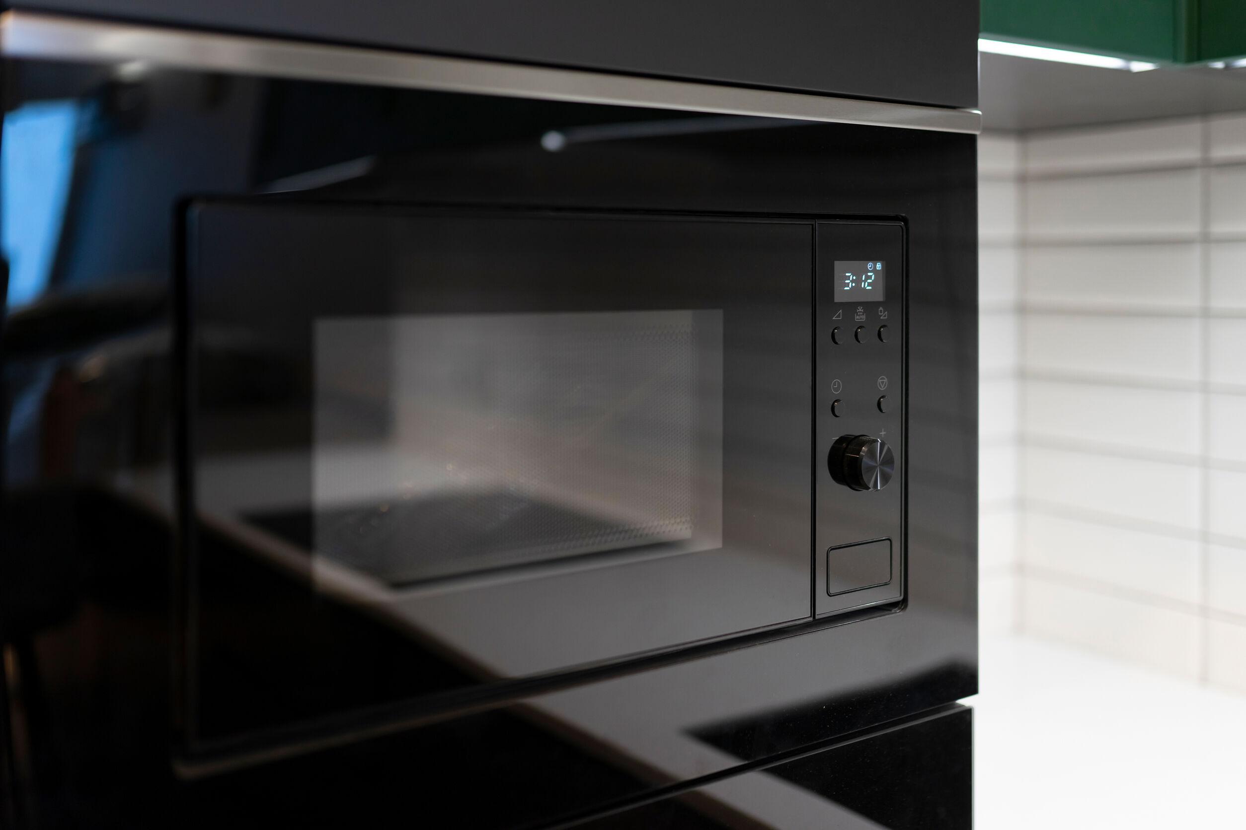 Microondas moderno en negro