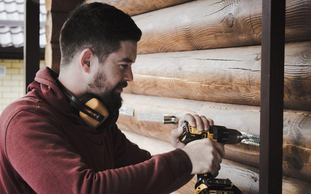 Hombre realizando trabajos con taladro