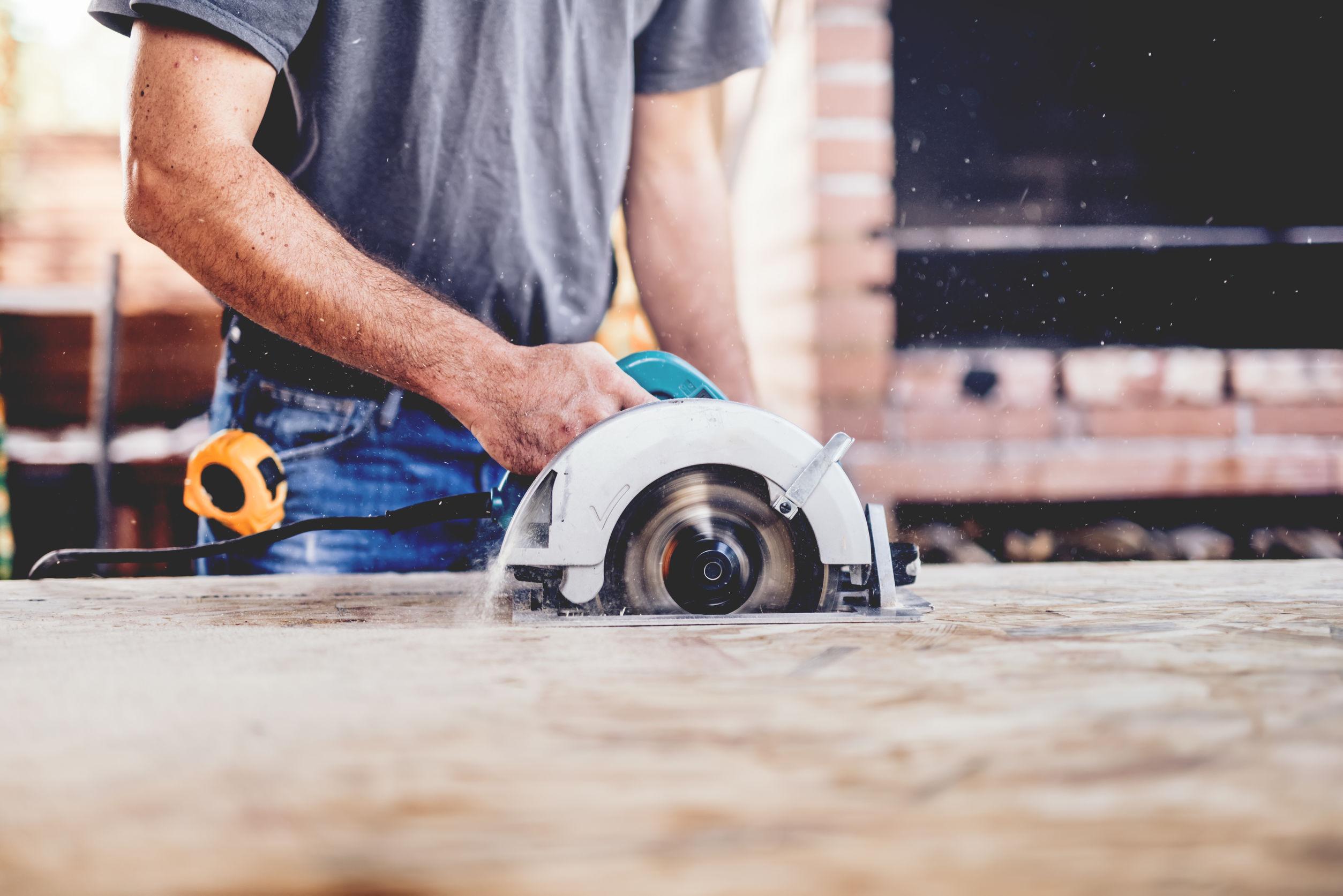 carpintero industrial mediante la mitra sierra circular corta placas de madera