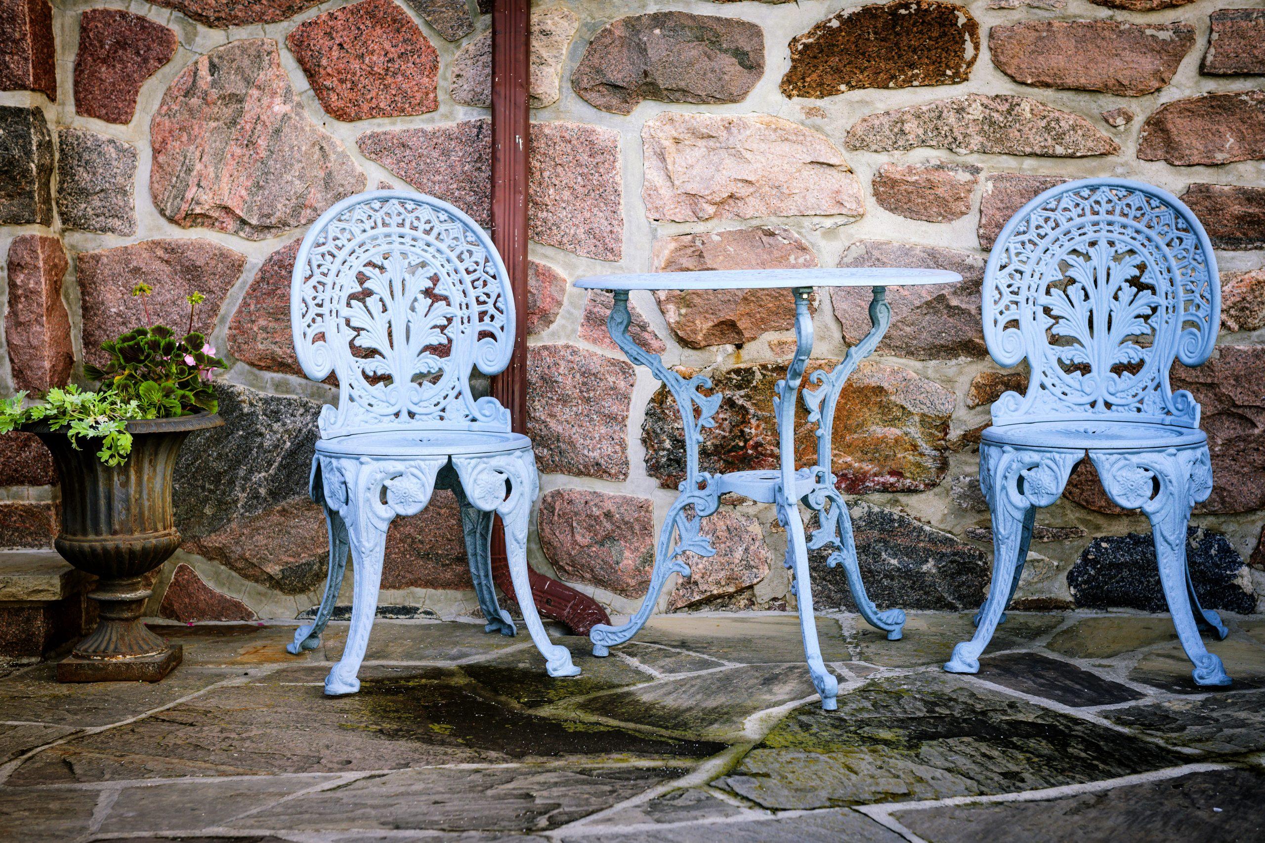 Sillas de metal al aire libre en el patio de piedra