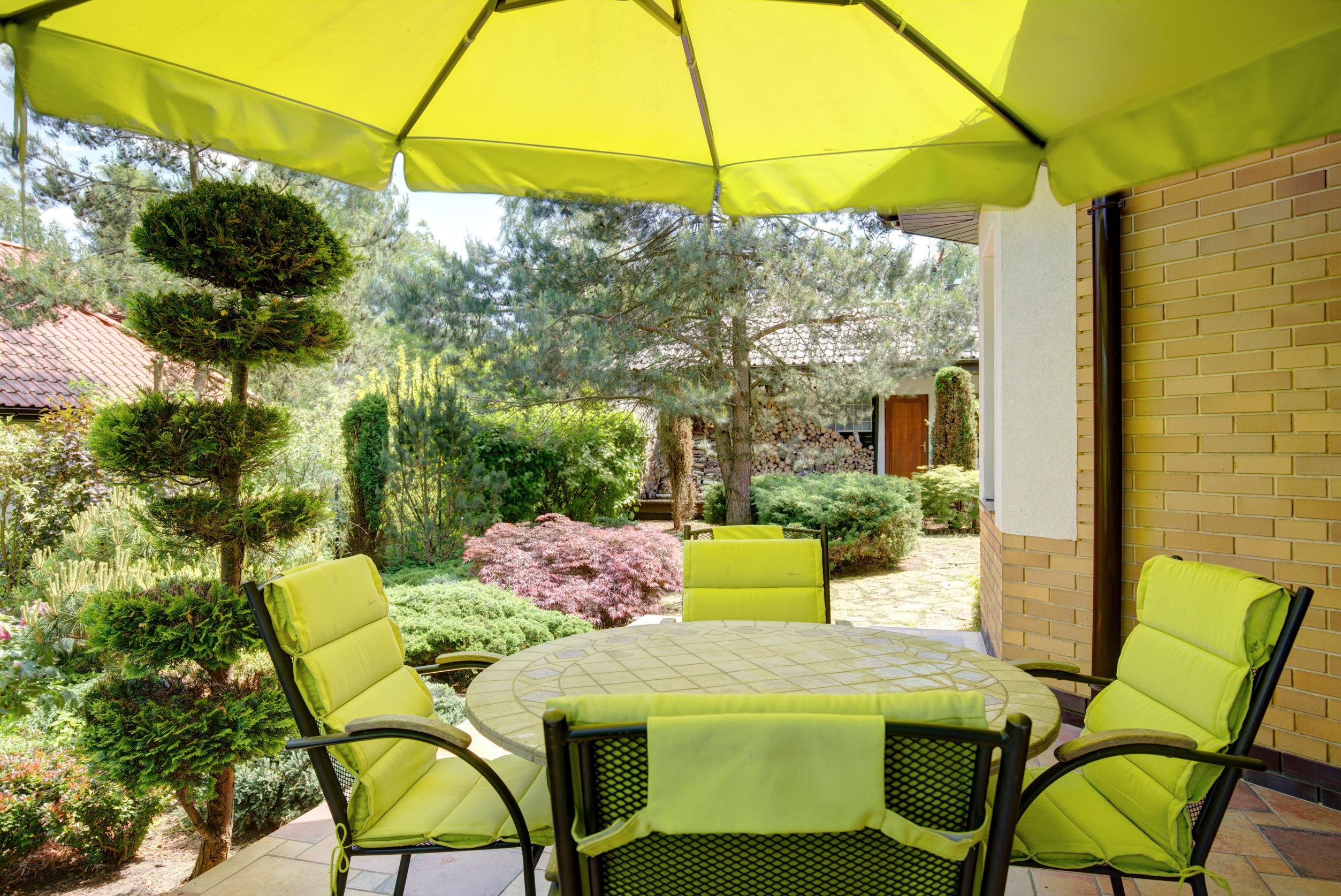 Relajarse en el jardín bajo el toldo