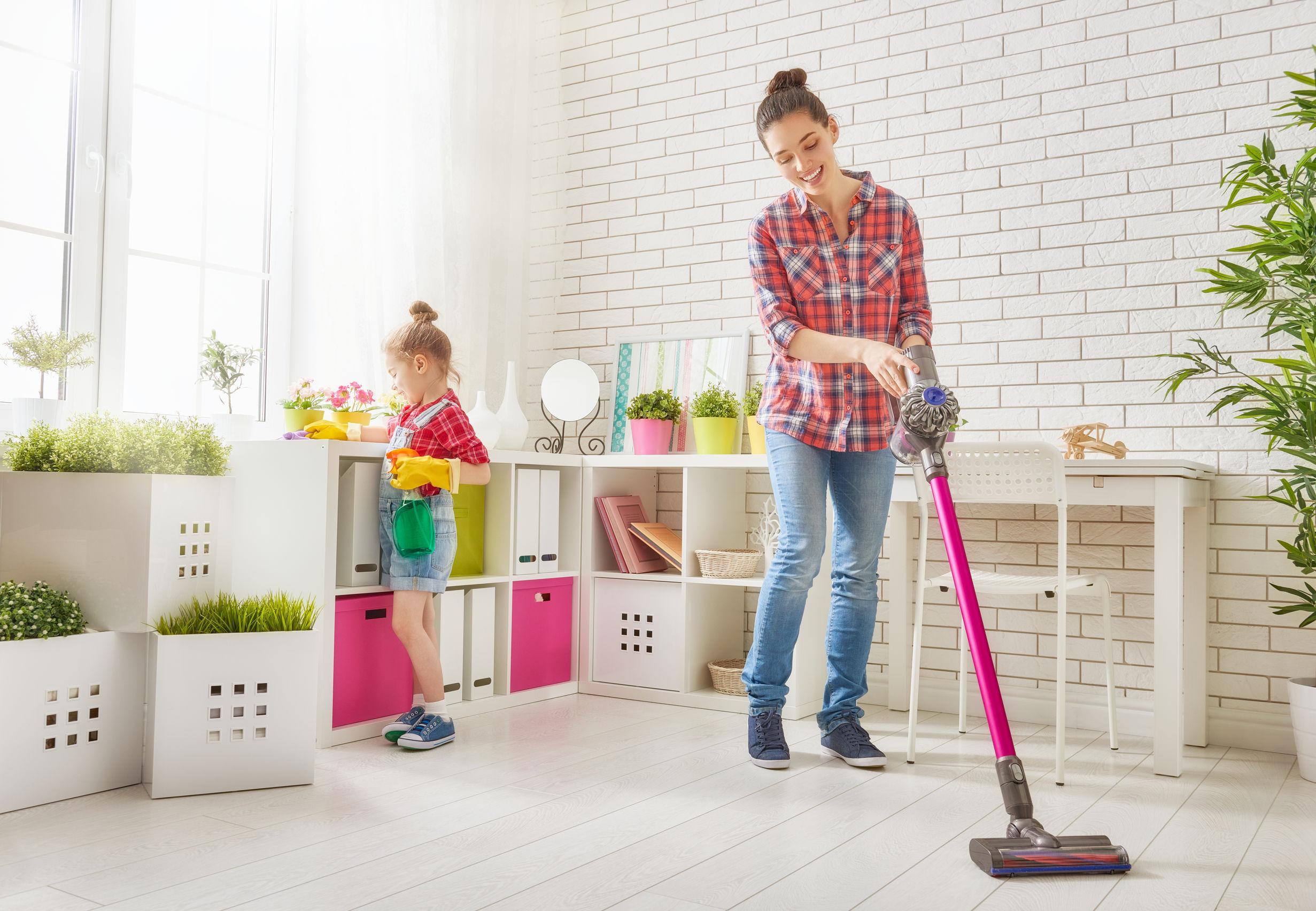 Familia feliz que limpia la habitación