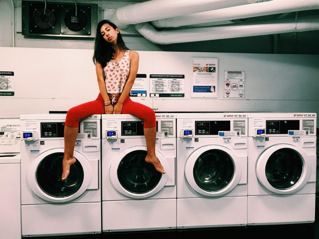chica sobre lavadoras
