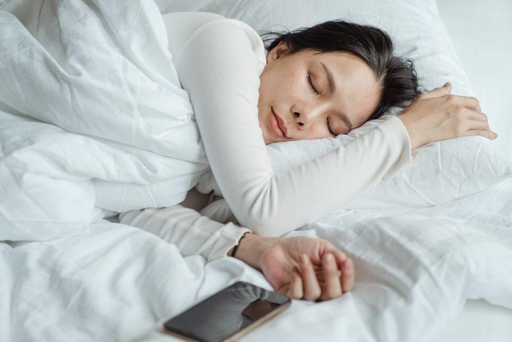 Mujer durmiendo placenteramente