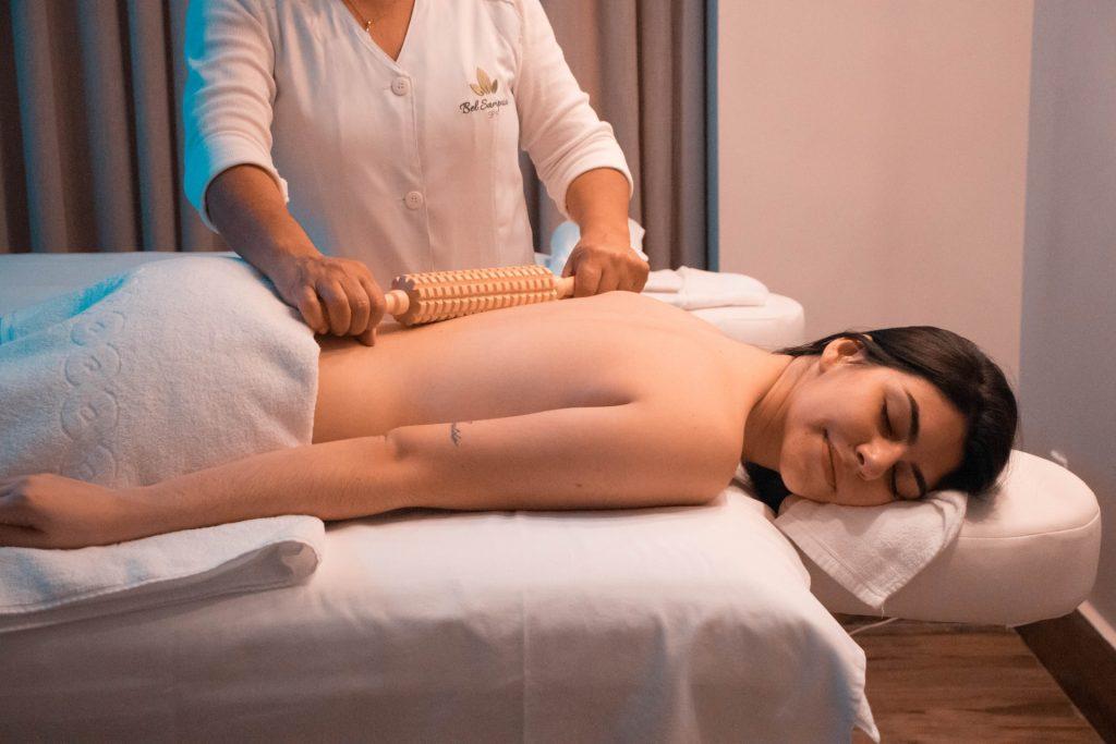 chica recibiendo masaje