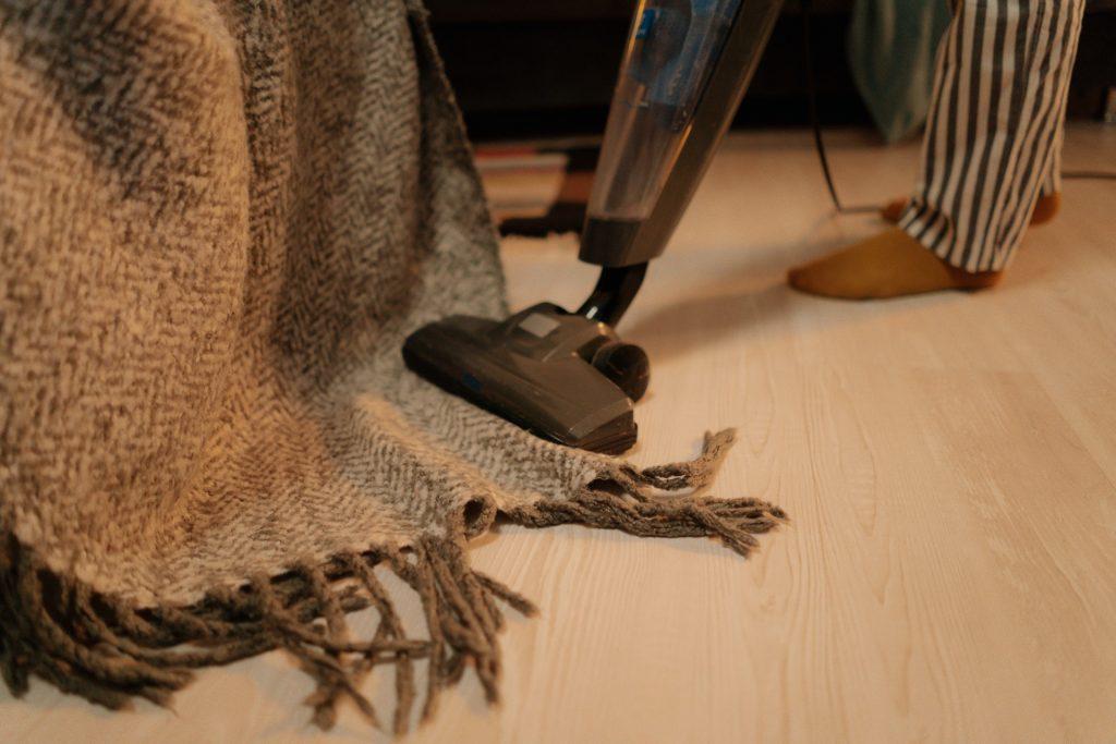 Persona aspirando alfombra