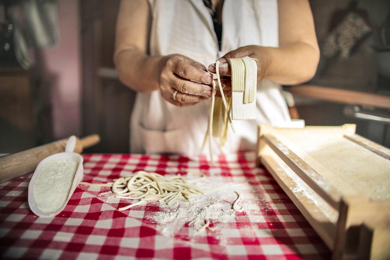 Mujer preparando tayarines