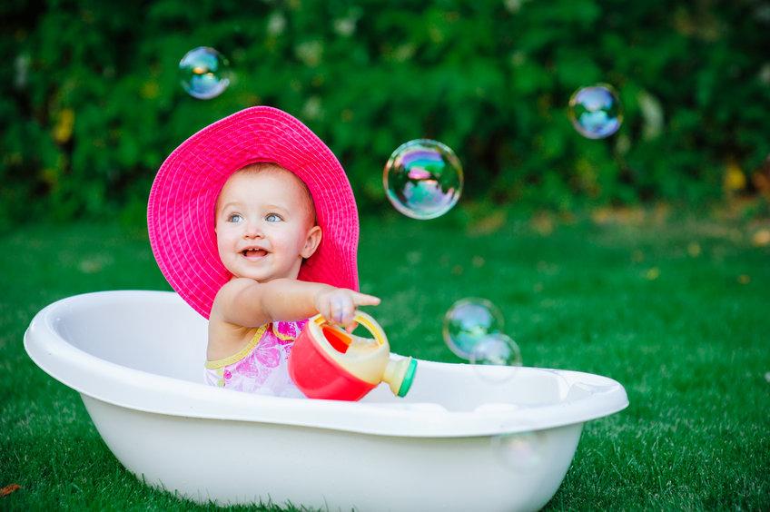 Bebé en una beñera