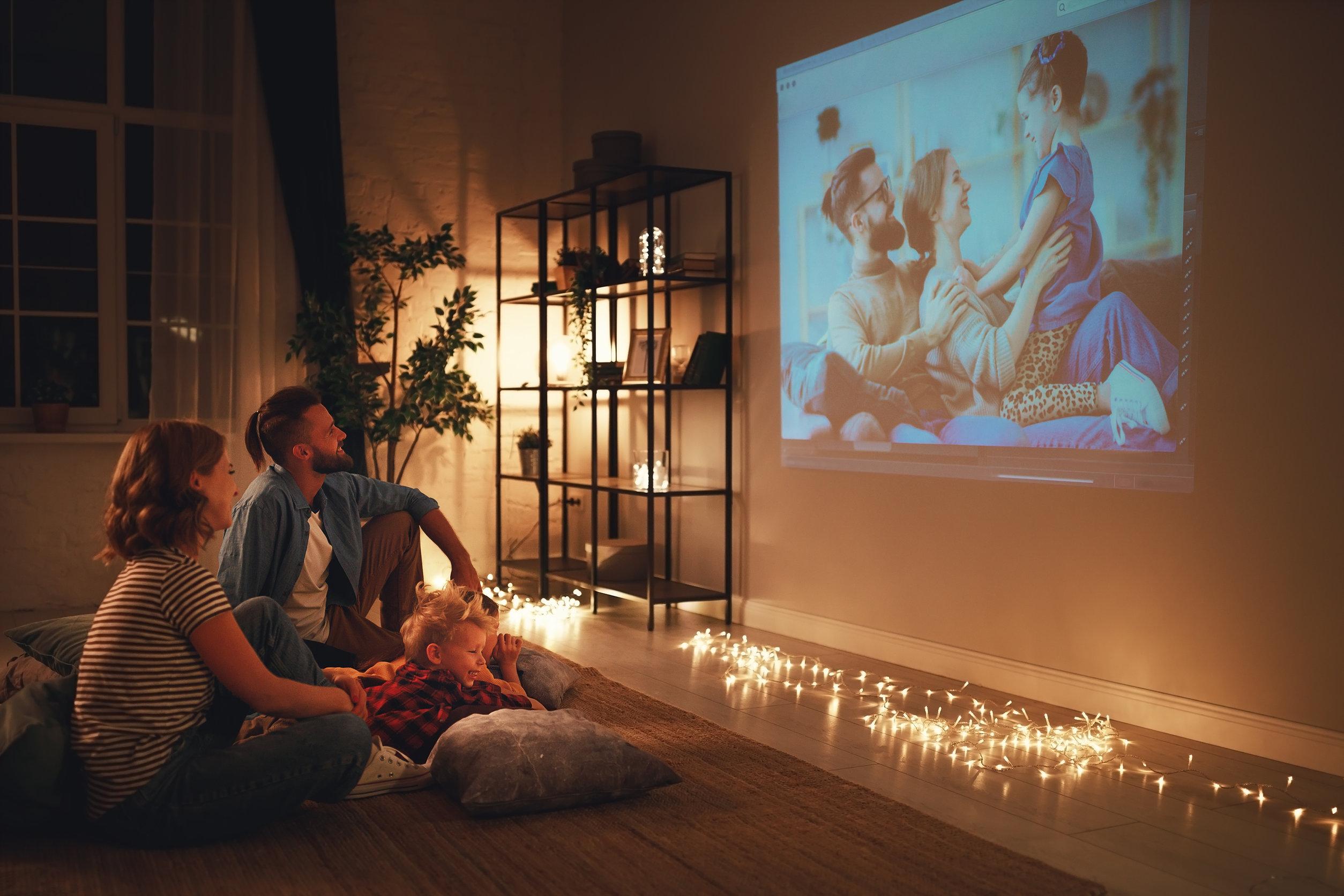 Familia disfrutando del cinema en casa