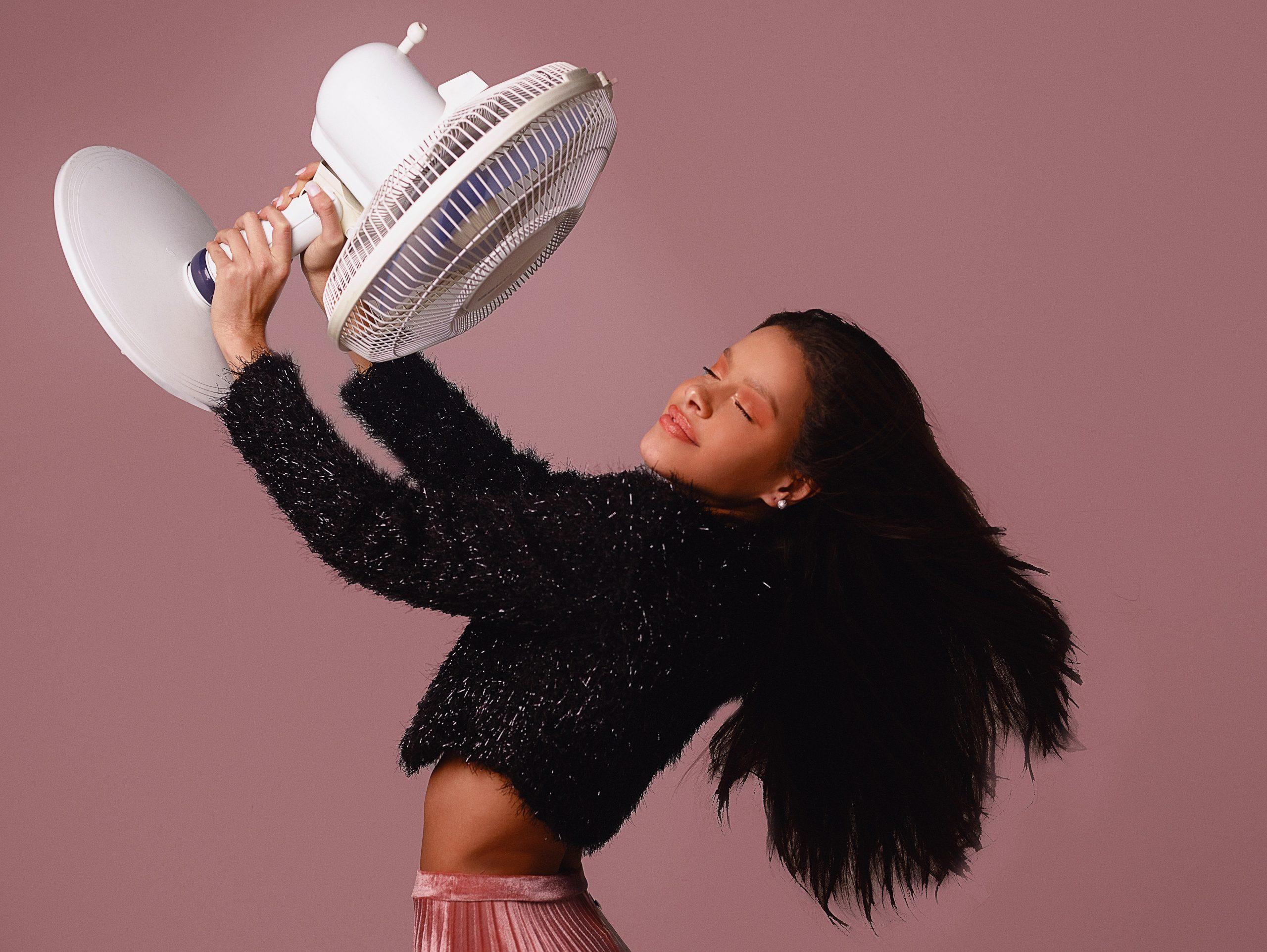 Mujer sosteniendo ventilador