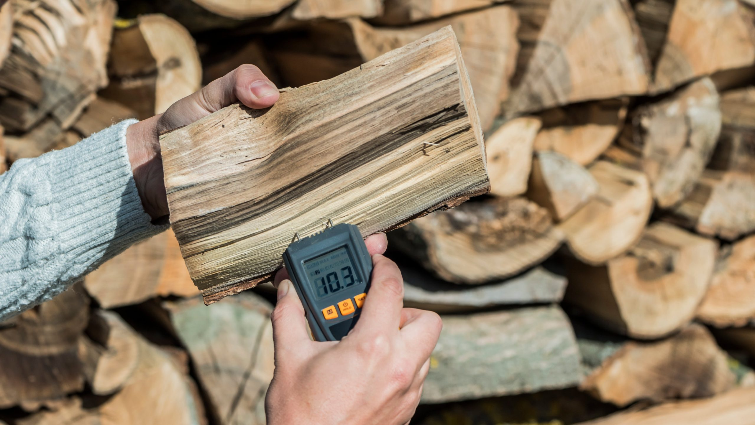 Persona midiendo humedad de madera