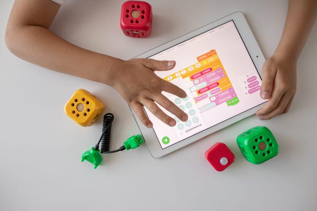 Niño jugando en la tablet