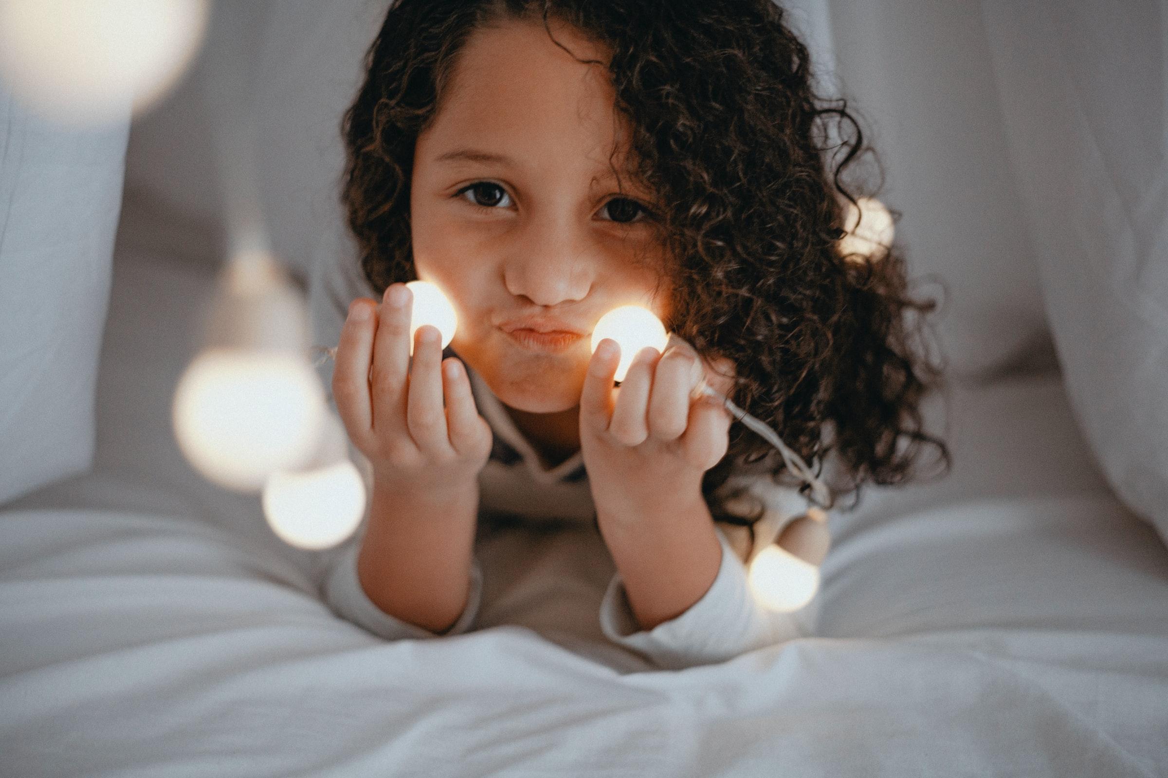Niña con luminarias