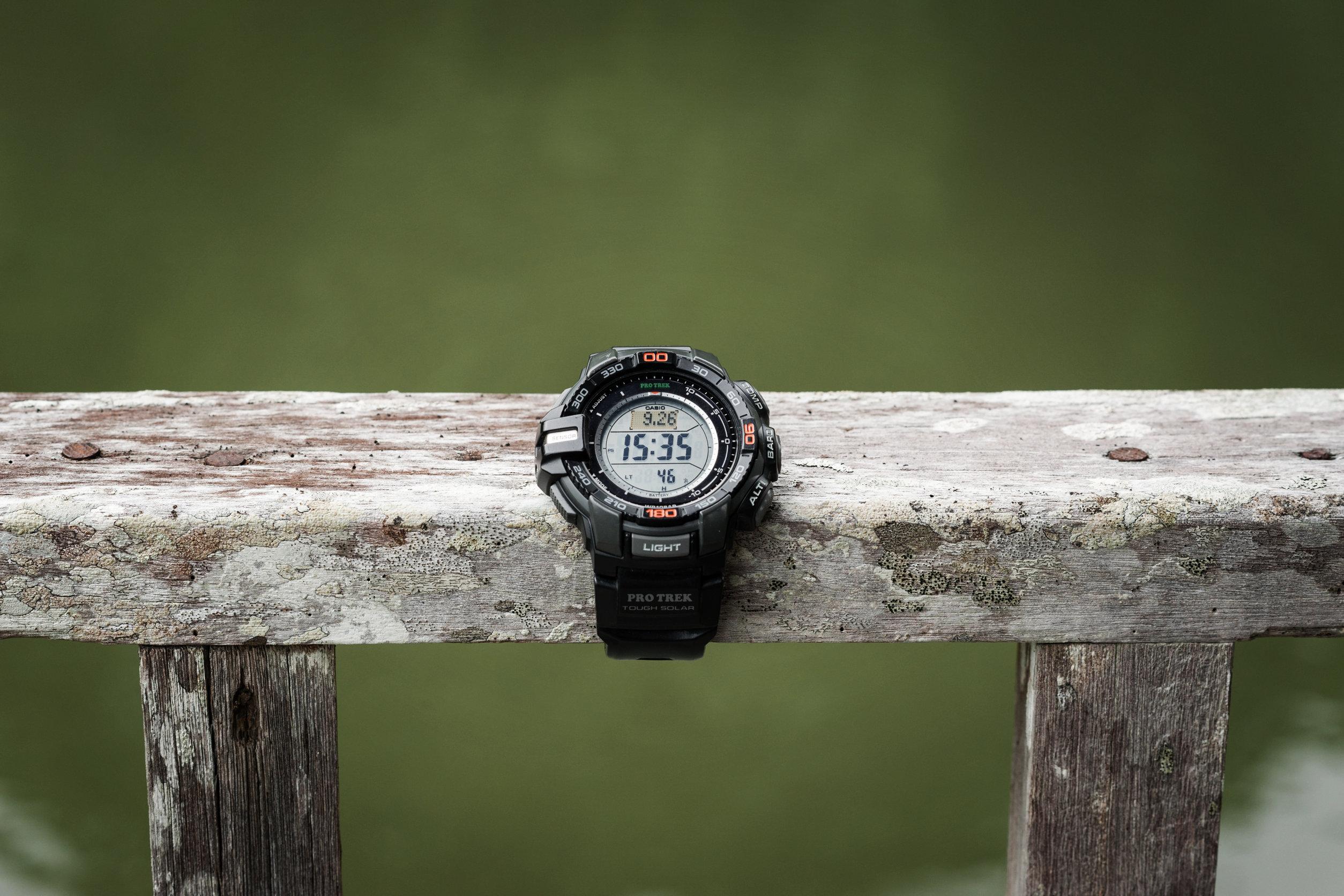 Reloj Casio en una madera