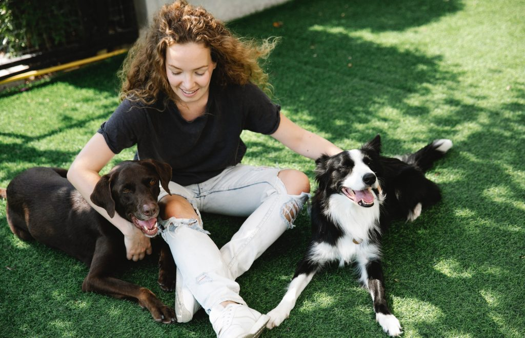 Mujer abrazando a sus perros.