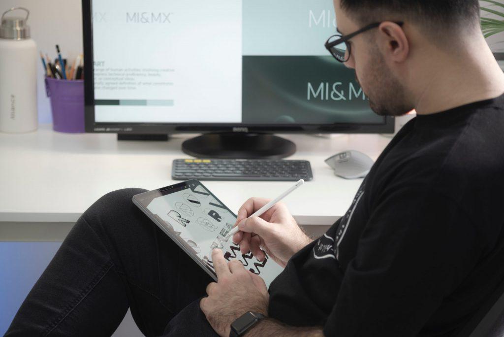 Hombre trabajando con una tablet